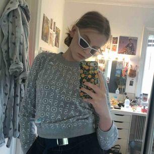 En grå tröja från adidas Stella sport kollektion. Den e köpt på barnavdelningen men jag har använt den som en crop top. Jag är storlek M men den passar dom flesta storlekarna🌸☺️🐬