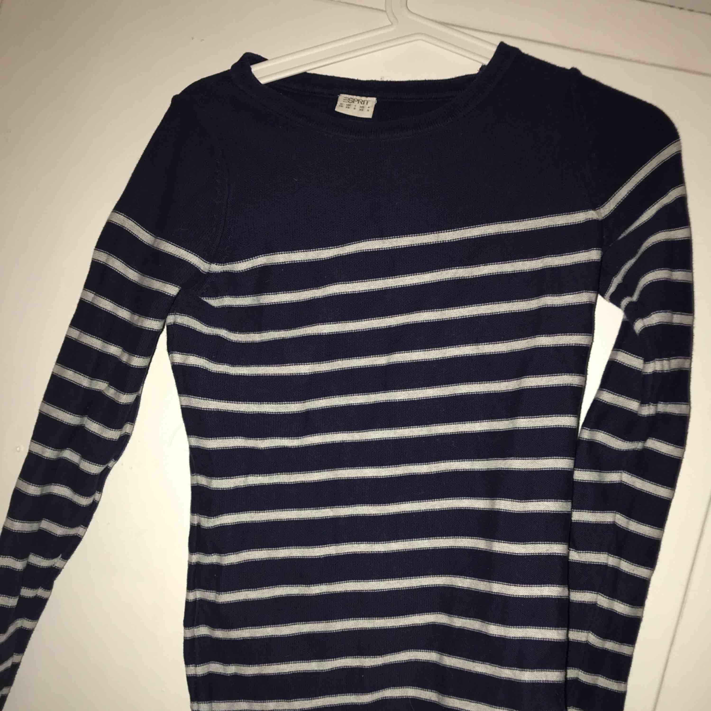 Randig tröja med dragkedja på ena axeln Knappt använd Köpare står för frakt 🥰. Tröjor & Koftor.