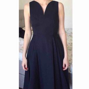 Superfin marinblå klänning från cos. Knälång. Använd endast en gång. Nypris: 900kr Kan mötas upp i Gbg, annars tillkommer frakt✨