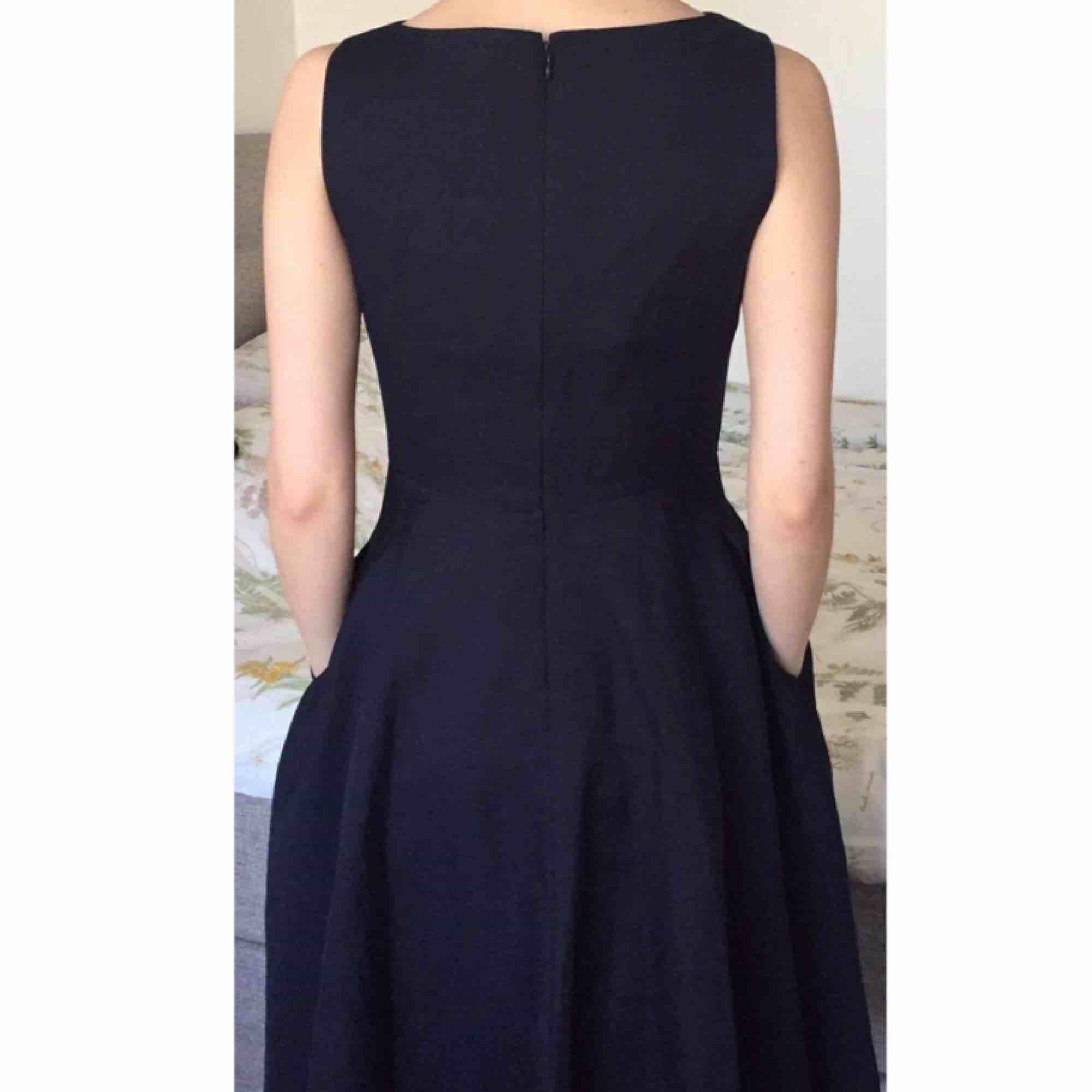 e11293acd3c7 Nypris: 900kr Superfin marinblå klänning från cos. Knälång. Använd endast  en gång.