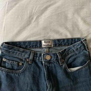 """Acne jeans i modellen """"pop vintage""""  i en mellanblå tvätt. De sitter jättebra och ser så gott som nya ut. Skulle vilja ha kvar dem men de är lite för korta för mig (är 178cm)"""