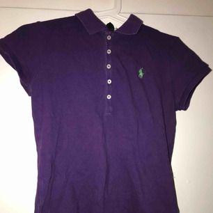 Piké tröja från Ralph Lauren, knappt använd  Oklara storlekar men skulle säga XS-S  Köparen står för frakt 🥰