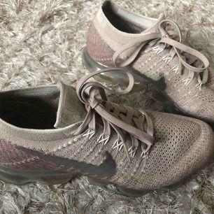 Vapormax flyknit i beige/rosa färg.  Världens skönaste sko som kan användas både till vardags och till träning!   Skorna är i jättefint skick!   Köpare står för frakt