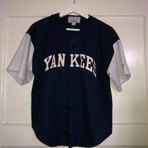 Yankees button up baseball tröja som sitter mer som en S. Möts upp i centrala Stockholm (City, Södermalm) annars står köparen för frakt.