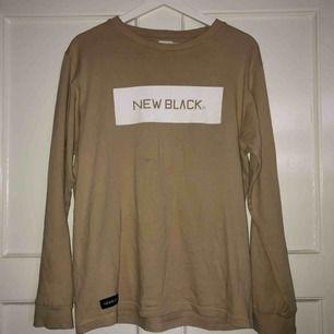 Snygg new black tröja i beige. Möts upp i centrala Stockholm (City, Södermalm) annars står köparen för frakt.