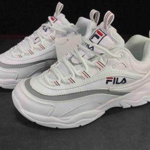 Sneakers från fila med reflex. Stl. 38. Använda ca 3 ggr. Nypris: 999kr. Kan mötas upp i Gbg annars tillkommer frakt✨