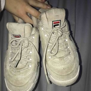 Säljer mina fila distruptor skor! de är i bra skick trotts användning men som ni ser på bilderna är dom liite smutsiga därav är de billiga priset (orginal pris var 1100kr) en släng i tvätten skulle nog göra dom så gott som nya!