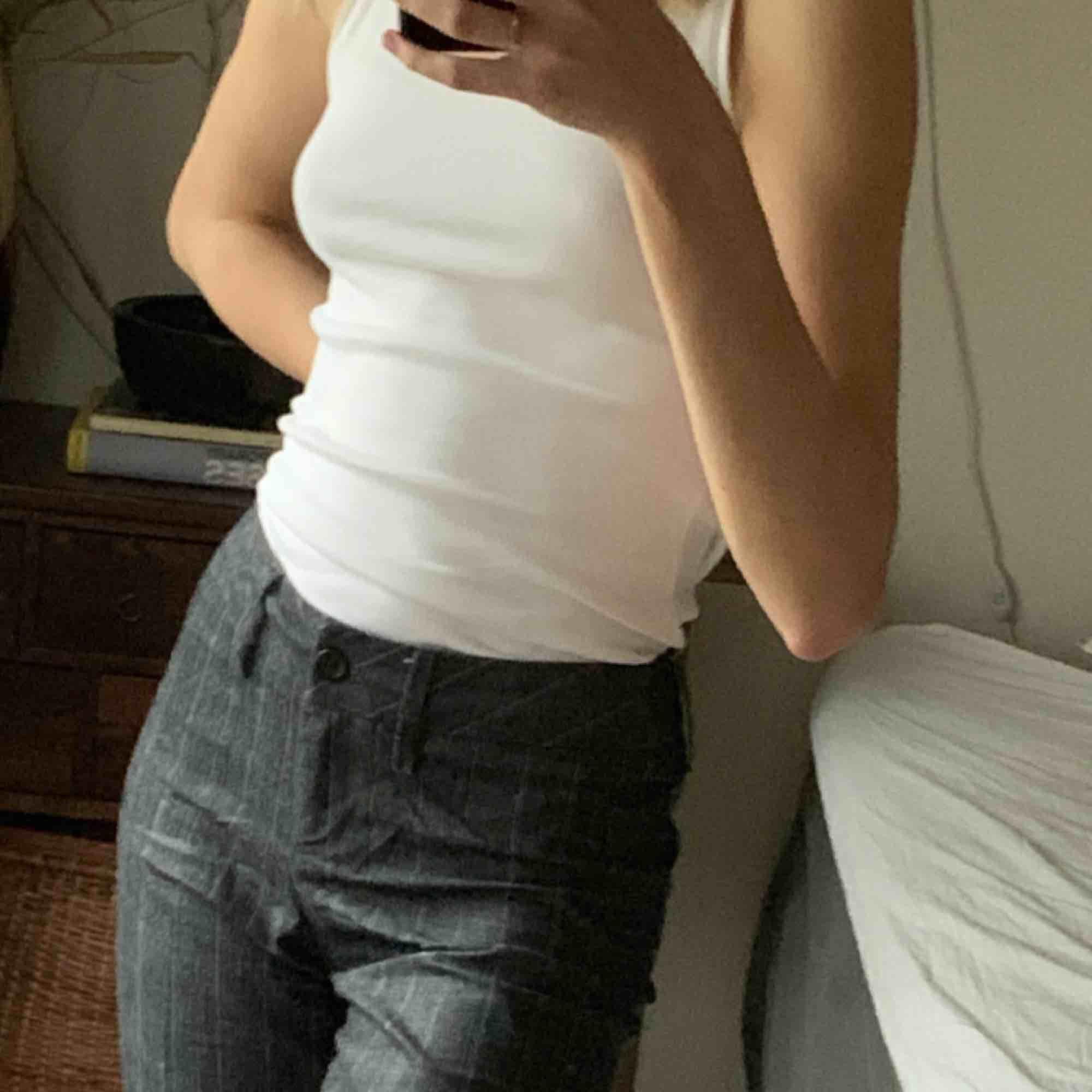 Fina kostymbyxor, mörkgråa med gråa ränder (lite noppriga där uppe). Jeans & Byxor.