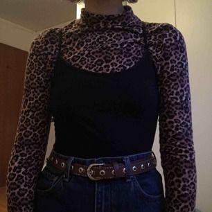 Säljer denna leopardpolon från Monki. Använd få gånger och är därför i bra skick. Är mycket fin att antingen ha under linne/t-shirt eller att ha bara sådär.  Kan mötas upp i Stockholm annars står köparen för frakt
