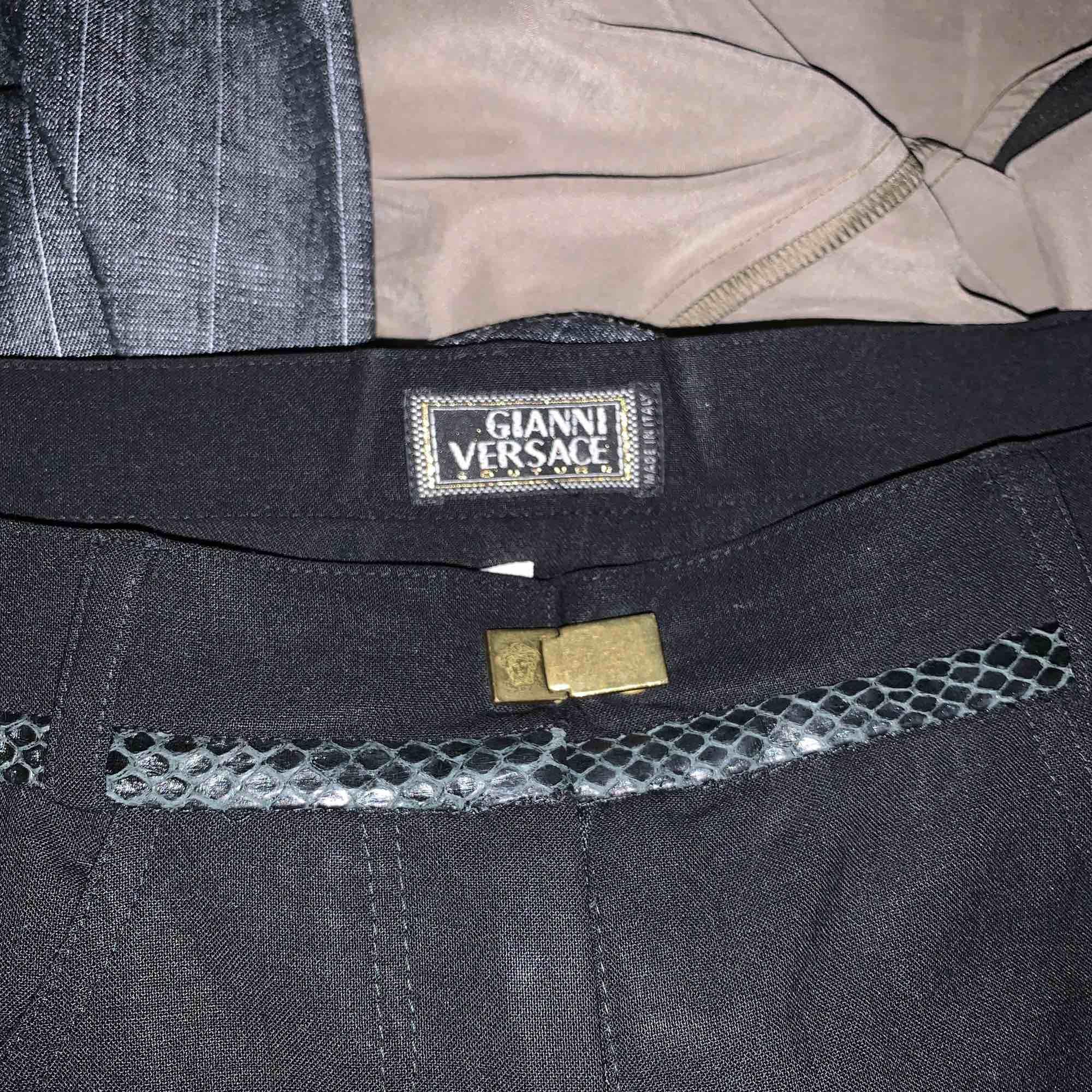 Svarta Versace kostymbyxor i tunnar svart material. Jeans & Byxor.
