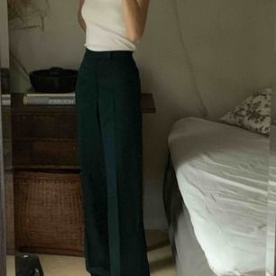 Mörk gröna långa draperade kostymbyxor