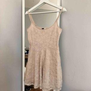 Beige klänning i spets, storlek 40 men passar även mindre storlekar :)