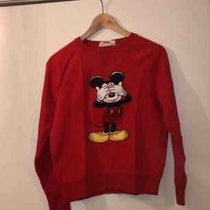 Musse-sweater från HM. Hur söt?? Tyvärr för liten för mig:(. Den är hel och sparsamt använd. Frakten ingår i priset!!