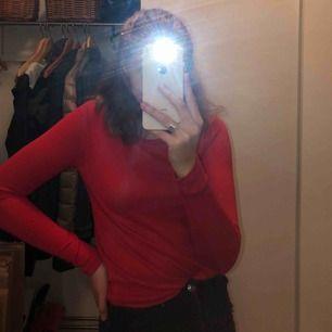 Härlig röd tröja i ganska tunt material. Aldrig använd, från Gina Tricot. Frakt ingår i priset!
