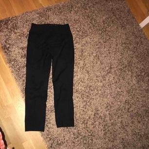 Svarta kostym byxor ifrån ZARA. Dom är i storleken XS men jag som vanligtvis har S kan ha dom perfekt! Kan mötas upp i Stockholm, annars står köparen för frakten.