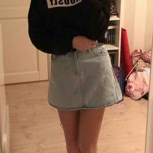 Ljusblå jeans kjol, säljer den för att den har blivit för liten för mig😫 Köparen står för frakten