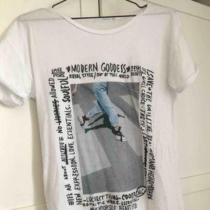 Vit t-shirt med tryck från Mango.    Använd två eller tre gånger