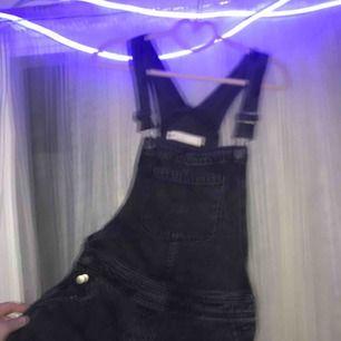 """Här säljes dessa FETsnygga hängselbyxor från asos!! Supersköna i en svart lite """"urtvättad"""" färg. Jag kan både mötas o frakta, kan sänka pris vid snabbt köp :) köp du kommer inte ångra!!🌸🌸🌸🌸"""