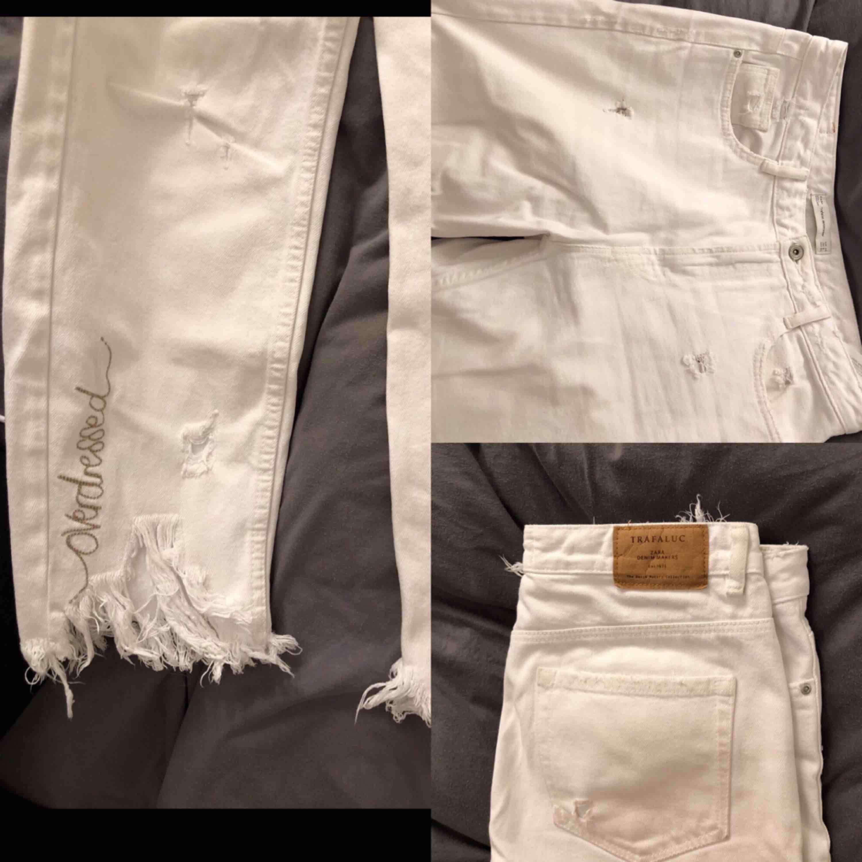 Cropped jeans hög midja, ingen stretch. Ankellängd. Frakt 63kr tillkommer. Fint skick! Använda 1-2 ggr. Men jag är tyvärr för kurvig för dessa 😭. Jeans & Byxor.
