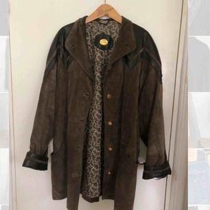Cool läderjacka/kappa  i oversized modell. Vintagefynd för 300kr, fint skick. En riktig warbrobe stable som förtjänar att bli använd!!