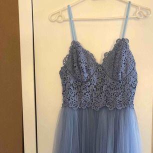 Ljusblå maxiklänning, balklänning, maidklänning HELT NY! endast provad Nypris: 879kr