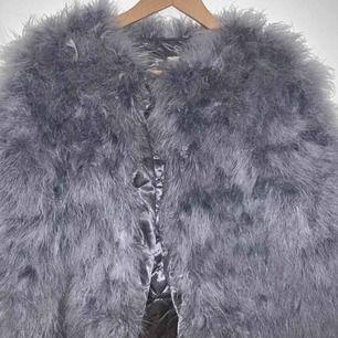 Ljusgrå pälsjacka från Dennismaglic.se Använd ett fåtal gånger  Ordinarie pris 1399  Hämtas i Gävle eller fraktas, frakt tillkommer