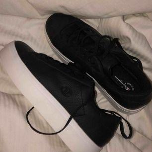 säljer mina helt oanvända champion platform skor. inköpta för 399kr och säljs för 200kr + frakt som köparen står för. priset kan diskuteras vid snabb affär !:)
