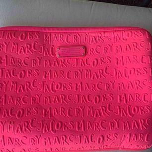 Säljer mitt Marc By Marc Jacobs datorfodral, mycket sparsamt använt.