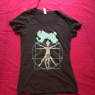 Superfin t-shirt med bandet Ghost! Fint skuren i midjan för att sitta snyggt och skönt material. Nästan helt oanvänd.