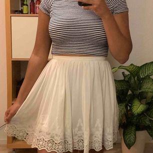 Jättefin vit kjol i bra skick, frakt ingår!
