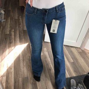 Oanvända bootcut jeans med lappen kvar! 🌞 50 kr frakt men kan tänka mig att sänka priset vid snabb affär!