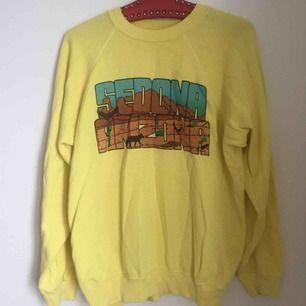 Fin gul sweatshirt med texten Sedona Arizona, köpt på Beyond retro. Står på etiketten att storleken är L (42-44) men jag tycker den är ganska liten i storleken, så passar en Medium bäst.  150 med frakt.