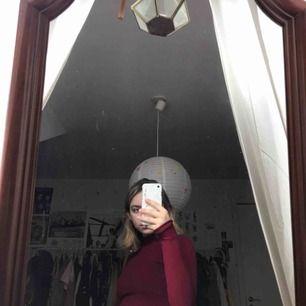 Ribbad röd klänning från chiquelle i storlek 34 med polo. Alldrig använd!