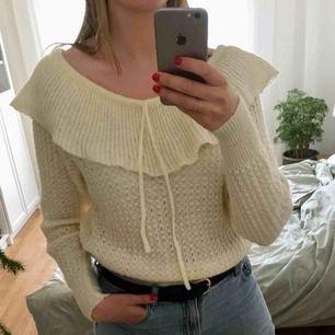 Vintage stickad tröja köpt här på plick men säljer vidare den då det inte riktigt blev min stil. Det går att justera med snörena hur högt/lågt en vill ha den vid axlarna :) Jättefint skick och passform.
