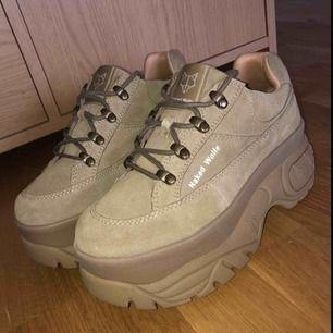 """Helt nya Naked Wolfe """"Sporty Taupe Suede"""" skor. Endast testade på bild och säljer eftersom jag beställde fel storlek. Frakt ingår i priset 💛"""
