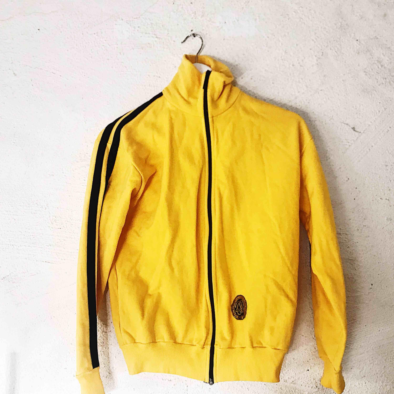 Kill Bill-style 🖤⚠️ Sjukt ball tröja köpt på secondhand i perfekt skick. Frakt tillkommer!. Huvtröjor & Träningströjor.