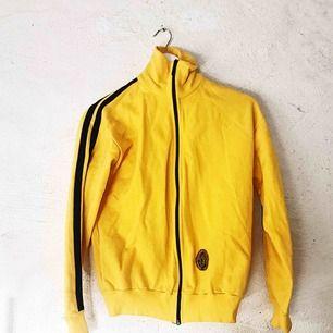 Kill Bill-style 🖤⚠️ Sjukt ball tröja köpt på secondhand i perfekt skick. Frakt tillkommer!
