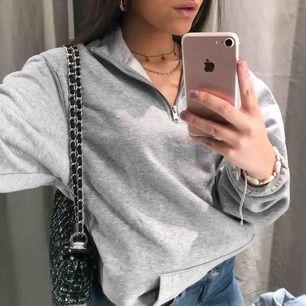 Zipper tröja från H&M MAN. Storlek XS men är då lite oversize. Jätte skön och skitsnygg!! Använd 1 gång. För mer frågor eller bilder skriv ett meddelande. Köparen står för frakten annars kan jag mötas upp i Stockholm.