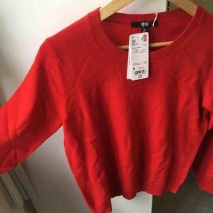 Härligt klarröd tröja från uniqlo i 100% kashmir, lappen kvar!! (Svinskön, inte det minsta sticksig). (Ursprungspris 79,9€, dvs drygt 850kr).