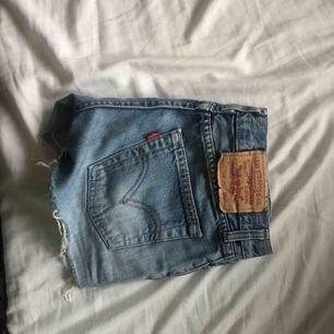 Levis shorts strl 26, priset äe inklusive frakten!! Passa på fynda inför sommaren🤠