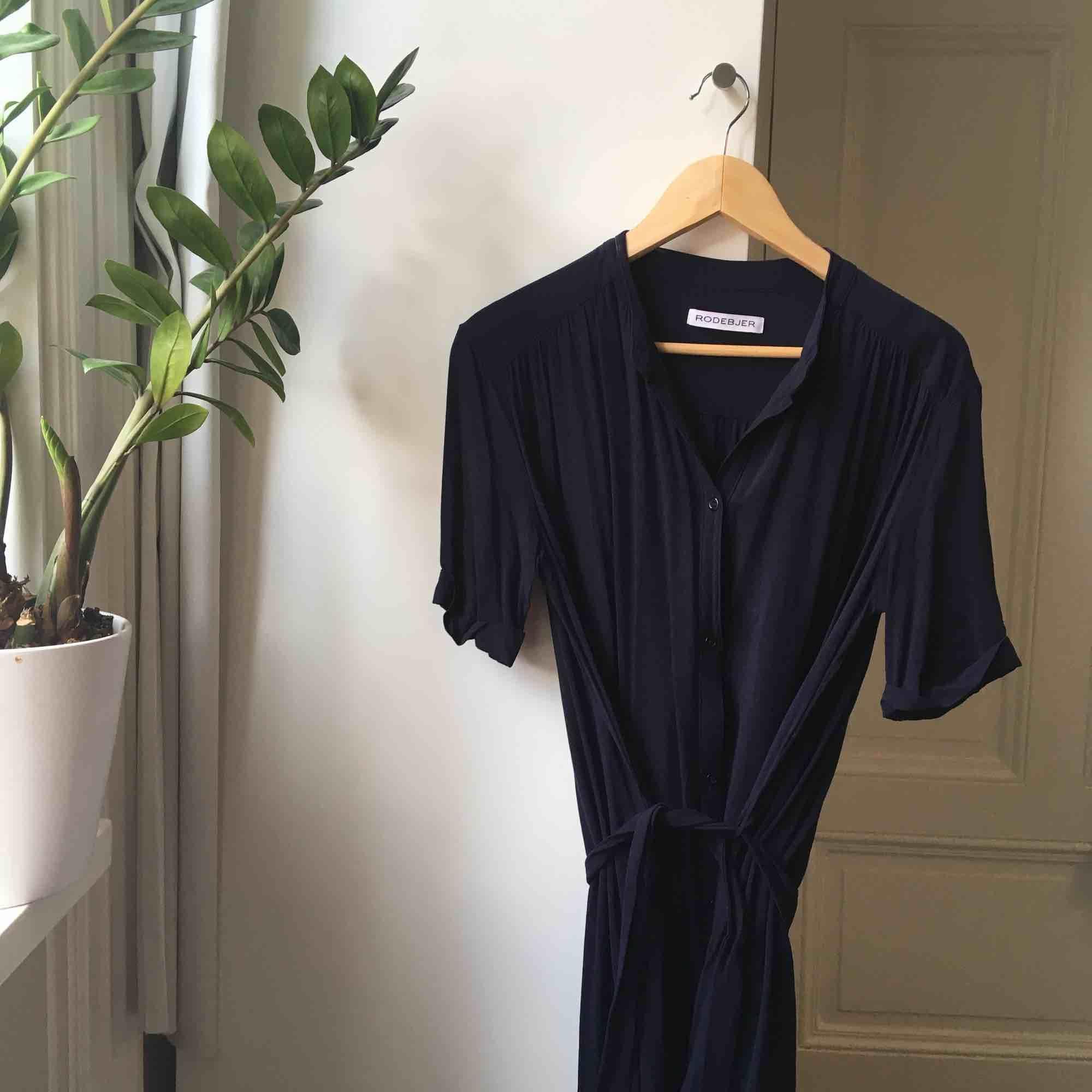 Underbar marinblå klänning från Rodebjer! . Klänningar.