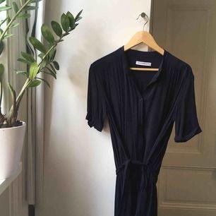Underbar marinblå klänning från Rodebjer!