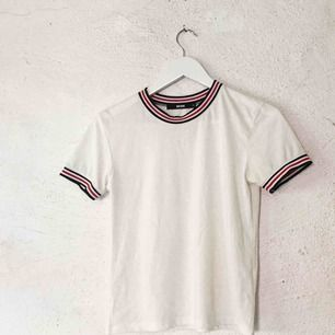 Söt tröja från Bikbok. Tyget är stretch så skulle säga att den passar från XS till M. Använd en gång. Frakt tillkommer 🌹