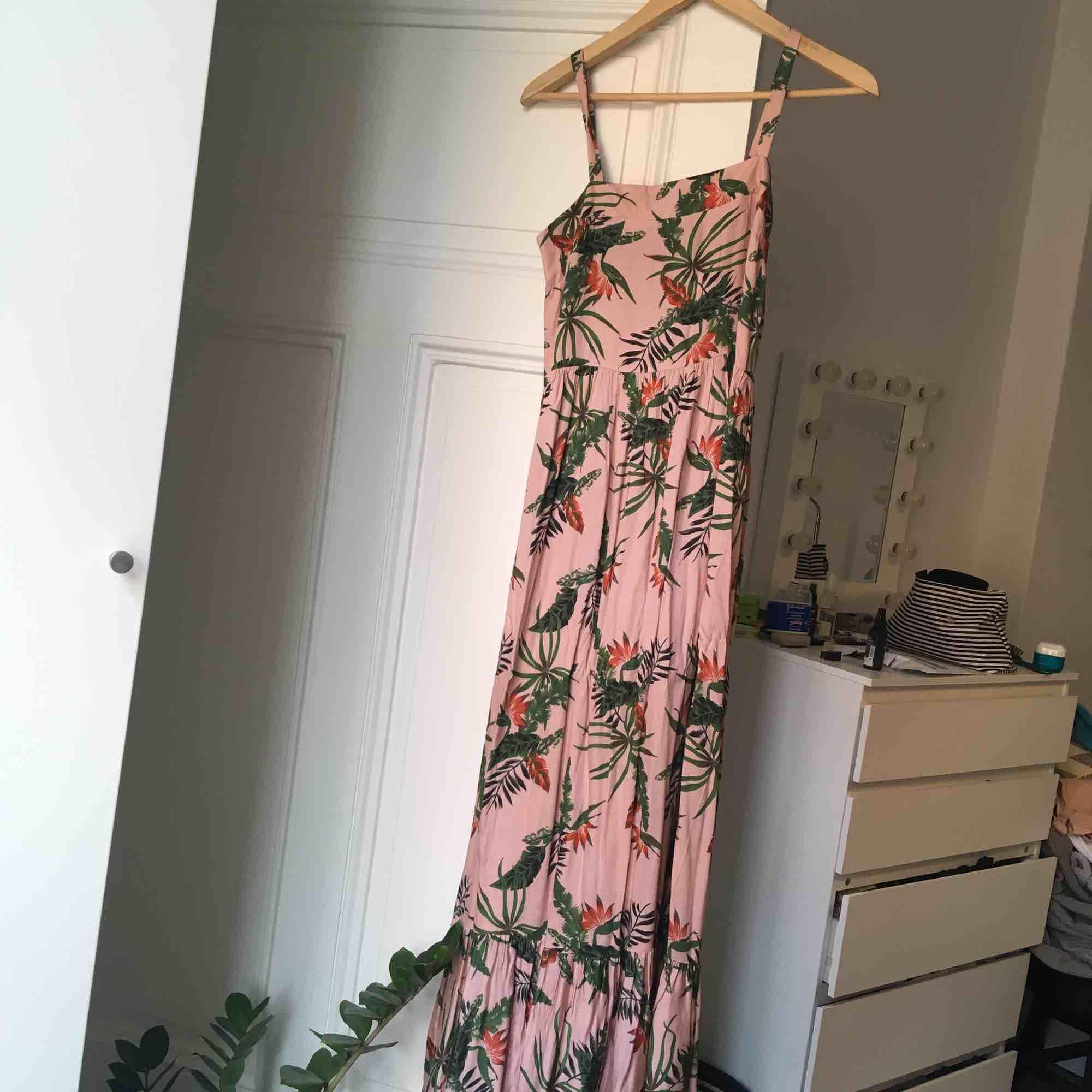 Underbar somrig långklänning köpt på Adisgladis för cirka 1000 riksdaler.. Klänningar.