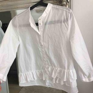 En suuuperfin skjorta från zara som jag tyvärr vuxit ur:( Dock har en knapp försvunnit men det syns och märks inte när den väl är på.