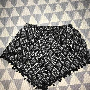 Säljer ett par mönstriga shorts från Bikbok