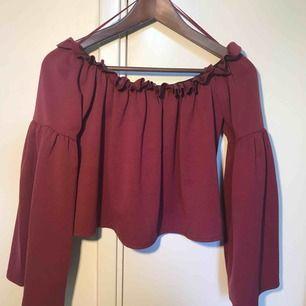 Säljer en mörk röd off shoulder tröja från Bikbok✨✨