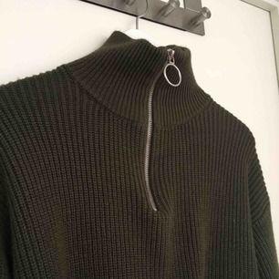 Khaki-grön stickad tröja med dragkedja, polotröja. Jättemysig och skön
