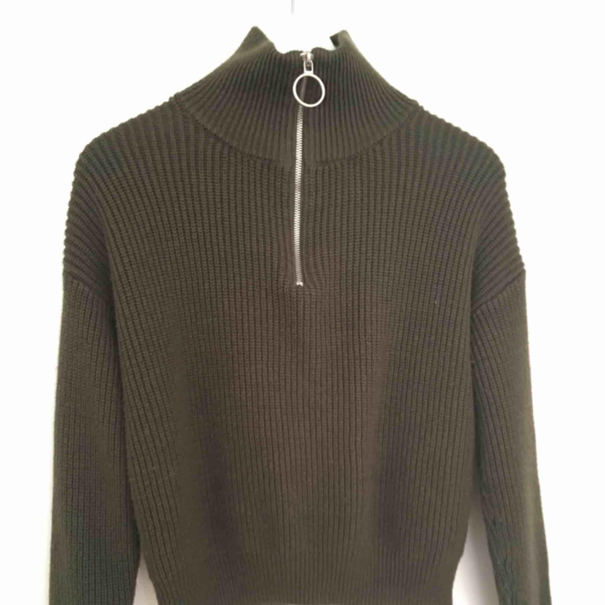 Khaki-grön stickad tröja med dragkedja, polotröja. Jättemysig och skön . Huvtröjor & Träningströjor.