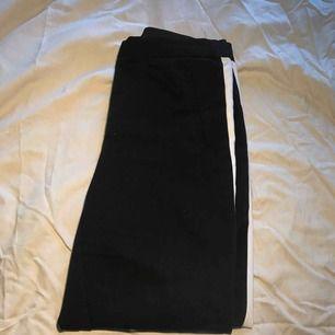 Säljer ett par svarta byxor från zara med en vit rand på sidorna✨